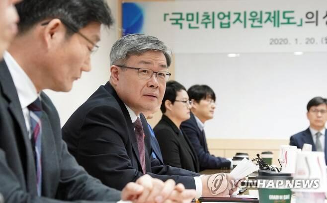 국민취업지원제도 관련 간담회 하는 이재갑 노동부 장관 [연합뉴스 자료사진]