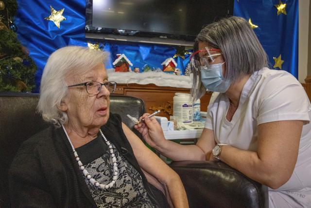 14일(현지시간) 캐나다 퀘벡시티의 생앙투안느 요양원에서 지젤 레베크 할머니가 신종 코로나바이러스 감염증(코로나19) 예방을 위해 화이자 백신을 맞고 있다. 레베크 할머니는 캐나다의 첫 접종자다. 캐나다는 내년 1분기까지 300만명, 9월까지 전체 인구 3,800만명 중 대부분에게 접종할 계획이다. 퀘벡시티 로이터=연합뉴스