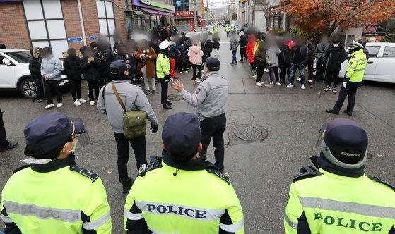 13일 오전 아동 성폭행 혐의로 징역 12년을 복역 후 출소한 조두순이 거주하는 경기도 안산시내 거주지 앞에서 주민들이 경찰이 유투버들에게 해산을 요청하는 방송을 하고 있다. 뉴스1