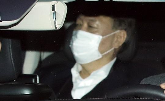 윤석열 검찰총장이 15일 저녁 서울 서초동 청사에서 퇴근하고 있다. 연합뉴스