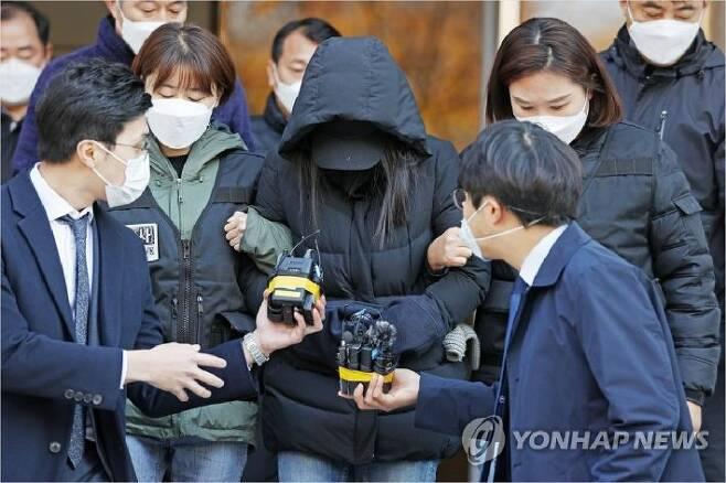 생후 16개월 입양아 학대 치사 혐의를 받는 모친 A씨가 지난 11월 11일 오전 서울 양천구 남부지법에서 영장실질심사를 받은 뒤 청사를 나서고 있다. (사진=연합뉴스)