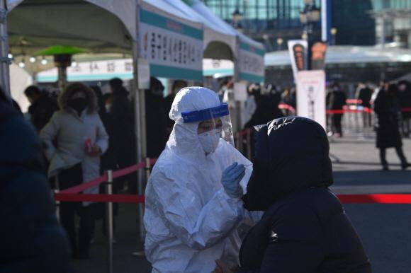 15일 서울 용산구 서울역앞에 마련된 임시선별진료소에서 시민들이 검사를 받고 있다.  2020.12.15 박지환기자 popocar@seoul.co.kr