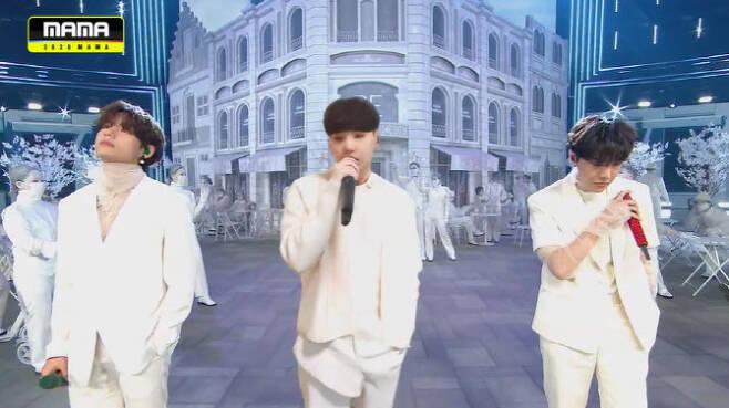 볼류매트릭 기술을 통해 무대에 소환된 BTS 슈가. 사진 가운데.(사진=CJ ENM)