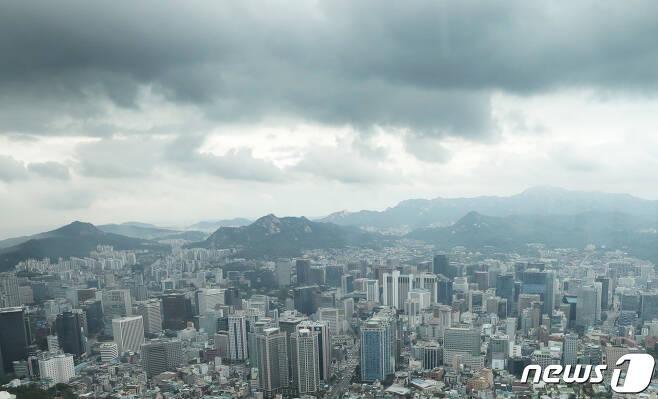 서울 남산타워에서 보이는 빌딩숲이 위로 먹구름이 끼어있다.  2020.7.22/뉴스1 © News1 이성철 기자