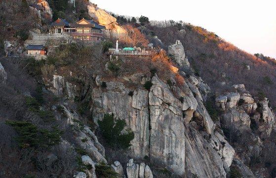 해 지기 직전 보리암 풍경. 상사암 꼭대기에서 촬영했다. 깍아지른 절벽 위에 보리암이 위태로이 서 있다. 천하의 명당이라 할 만하다.