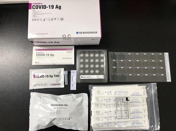 신속항원진단키트 전체. 한 박스에는 25명이 검사할 수 있는 분량이 들어가 있다. 진단키트에는 임신테스트기를 연상시키는 진단 도구, 멸균 면봉 등이 포함돼있다. 채혜선 기자