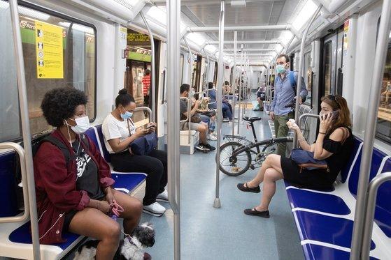 지난 5월 마스크를 착용한 스페인 바르셀로나 시민들이 지하철을 타고 이동하고 있다. EPA=연합뉴스