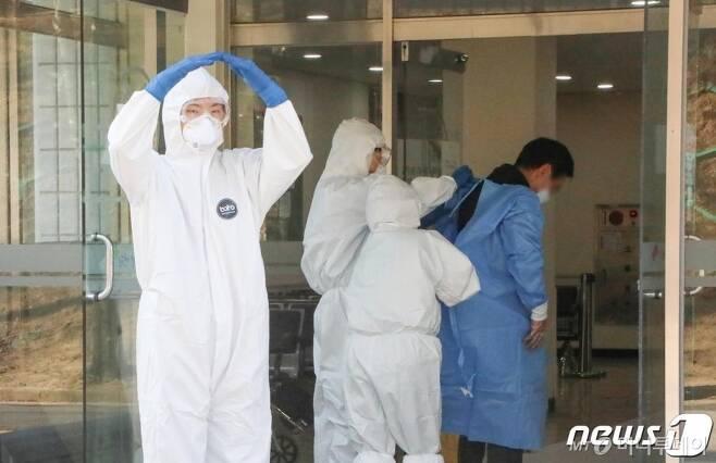 (서울=뉴스1) = 16일 감염병 전담병원 임무를 개시한 국군대전병원에서 의료진이 코로나19 확진자에 대한 입원절차를 진행하고 있다. (국군의무사령부 제공) 2020.12.16/뉴스1