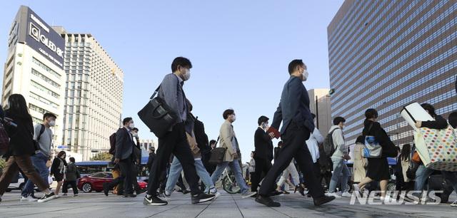 [서울=뉴시스] 최진석 기자 = 지난 10월5일 오전 서울 광화문 네거리에서 시민들이 출근길 발걸음을 재촉하고 있다. 2020.10.05. myjs@newsis.com