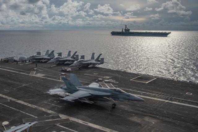 미국 해군 F/A 18E 슈퍼호넷 전투기가 지난 7월 남중국해를 항행하는 니미츠 항공모함 갑판 위에 착륙하고 있다. AP 연합뉴스