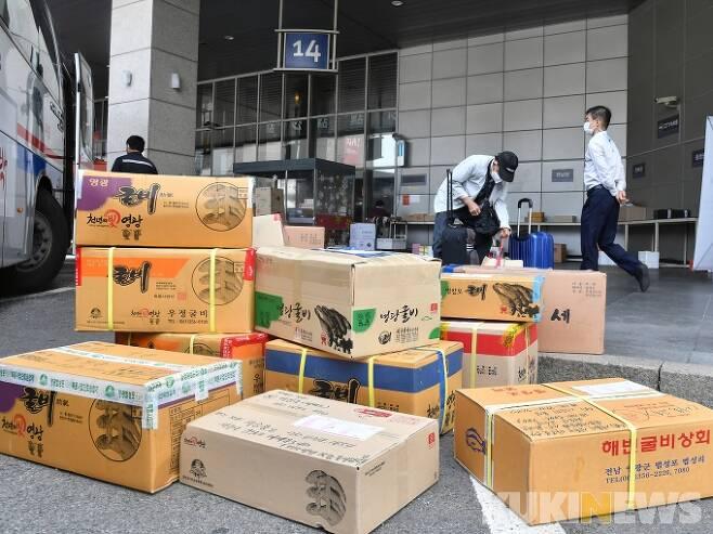 추석연휴를 이틀 앞둔 지난 9월28일 서울 서초구 고속버스터미널에서 시민들이 고속버스 배송으로 보낼 선물세트 등 택배가 쌓여있다. 박태현 기자