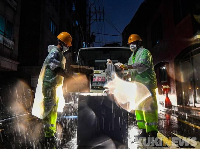 지난 9월8일 새벽 서울 송파구 삼전동 일대에서 환경미화원들이 재활용쓰레기들을 수거하고 있다. 박태현 기자