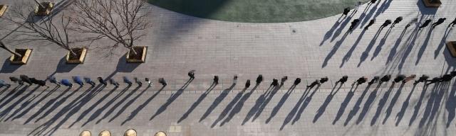 17일 오후 서울 중구 서울광장에 마련된 신종 코로나바이러스 감염증(코로나19) 임시 선별진료소에서 시민들이 검사를 받기 위해 줄 서 있다. 연합뉴스