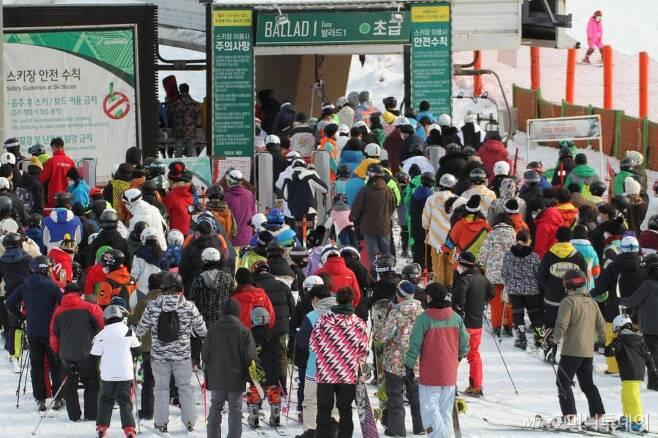 [홍천=뉴시스]한윤식 기자 = 강원도내 스키장이 곳곳에서 개장된 가운데 5일 오후 홍천군 비발디파크 스키장이 겨울을 즐기려는 스키어들로 북적이고 있다. 2020.12.05. ysh@newsis.com