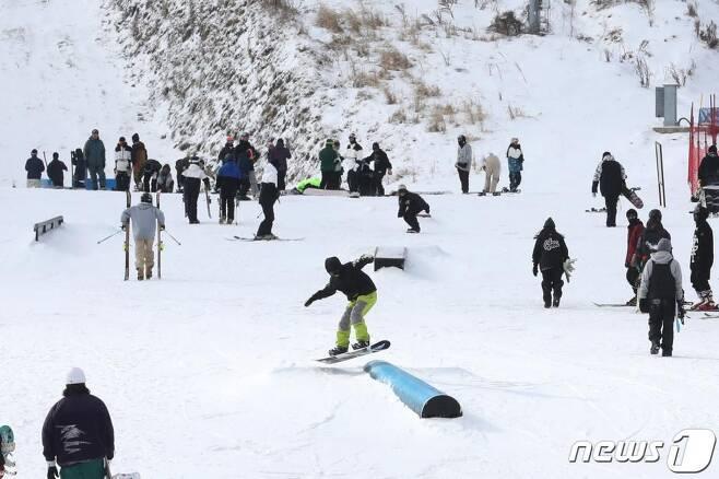 2020년 새해 첫 날인 1일 오후 강원 평창군 '휘닉스 평창'에 겨울 스포츠를 즐기러 온 스노우보더가 보드를 즐기며 묘기 연습을 하고 있다. /사진=뉴스1