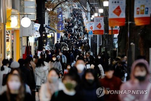 (도쿄 로이터=연합뉴스) 신종 코로나바이러스 감염증(코로나19) 확진자가 최다 기록을 경신한 17일 일본 도쿄도의 상점 밀집 지구가 행인들로 붐비고 있다.