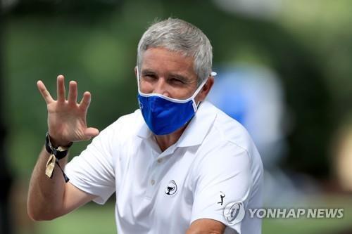 마스크를 쓴 모너핸 커미셔너. [AFP/게티이미지=연합뉴스]