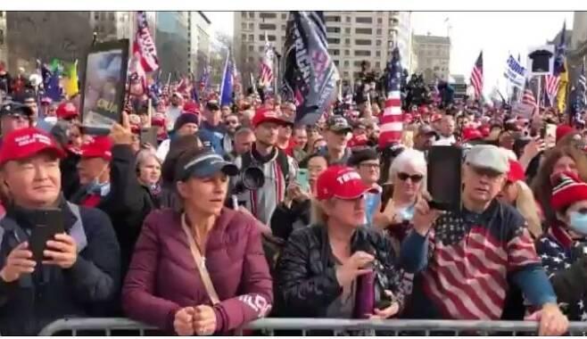지난 12일(현지시간) 미국 워싱턴에서 열린 대선 불복 '노마스크 집회'에 참석한 민경욱 전 미래통합당 의원(왼쪽) 모습. (페이스북 캡처) © 뉴스1
