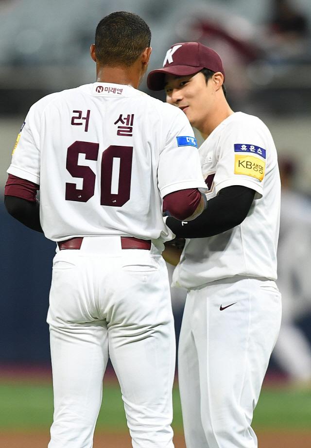 김하성(오른쪽)은 키움 시절 러셀과 대화를 많이 하며 가깝게 지냈다.  정재근 기자 cjg@sportschosun.com