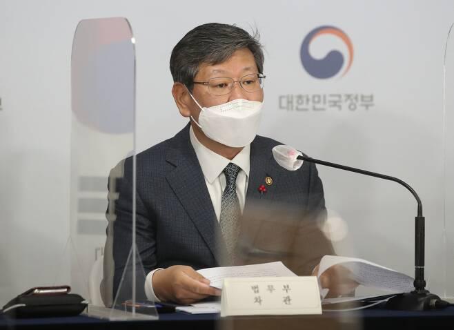 이용구 법무부 차관이 16일 오전 서울 종로구 정부서울청사에서 공정경제 3법 합동 브리핑을 하고 있다./뉴시스