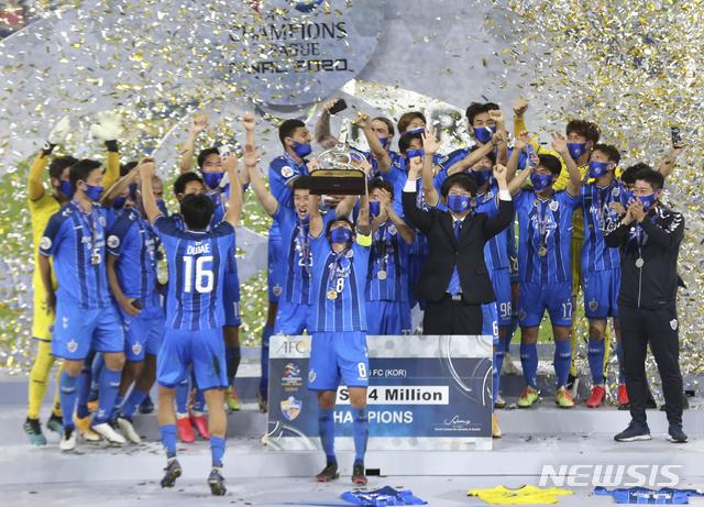 [알와크라=AP/뉴시스]울산 현대의 주장 신진호(앞)가 19일(현지시간) 카타르 알와크라의 알자누브 스타디움에서 막을 내린 2020 아시아축구연맹(AFC) 챔피언스리그(ACL) 우승컵을 들고 동료들과 환호하고 있다. 울산은 결승전에서 페르세폴리스(이란)를 2-1로 꺾고 8년 만에 우승을 차지했다. 2020.12.20.