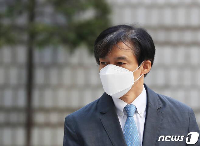 '유재수 감찰무마 혐의'를 받고 있는 조국 전 법무부 장관이 3일 오전 서울 서초구 서울중앙지방법원에서 열린 공판에 출석하고 있다. 2020.11.3/뉴스1 © News1 이재명 기자