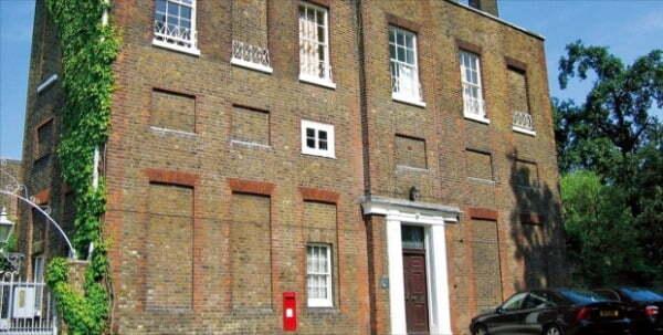 창문이 사라진 영국의 이상한 건물. 1696년 영국 정부가 창문세를 걷기 시작하자 절세를 위해 건물을 지을 때 일부러 창을 내지 않았다.