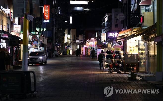 홍대 앞 거리 썰렁 12월 7일 오후 서울 마포구 홍대 앞 거리가 텅 비어있다. [연합뉴스 자료사진]