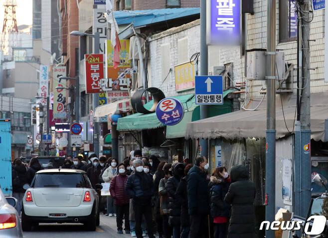 동지인 21일 서울 중구 신당동 한 팥죽가게앞에 시민들이 줄서서 포장 주문을 기다리고 있다. 2020.12.21/뉴스1 © News1 김명섭 기자