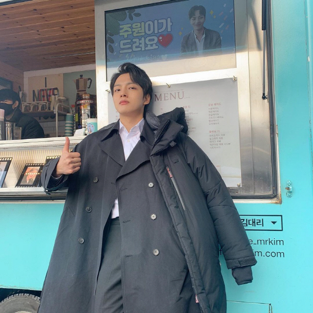 Yeo Jin-goo wrote on his Instagram on The 22, Precious and precious Yeo Jin-goo eats coffee and conger bread and is full of strength.  It will never hurt.  Thank you so much.  Our boss, its nice - 0th place - posted a photo with the words .In the photo, Yeo Jin-goo poses in front of a snack car sent by IU to the drama set.  The banner, which features selfies of Yeo Jin-goo and IU, says: The Host staff!  - IU Dream - . In addition, the banner of the conger bread car reminded me of Hotel Deluna with a photo of Yeo Jin-goo with the message Precious and cow듕, Dont get sick, the boss said.Yeo Jin-goo and IU breathed in the tvN Hotel Deluna, which aired last year.Yeo Jin-goo shared his thanks to the #고마워요오오오오, adding the hashtags #의리, #IU The Host and #IU alongside the photo.Meanwhile, Yeo Jin-goo will star in the new JTBC drama The Host, which is scheduled to air next February.