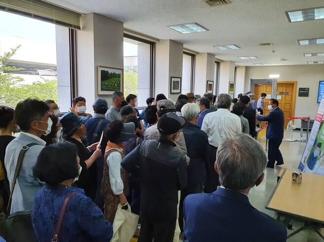 제주4·3 수형행불인 재심청구소송에 참여하기 위해 많은 유족이 법정으로 들어가고 있다.