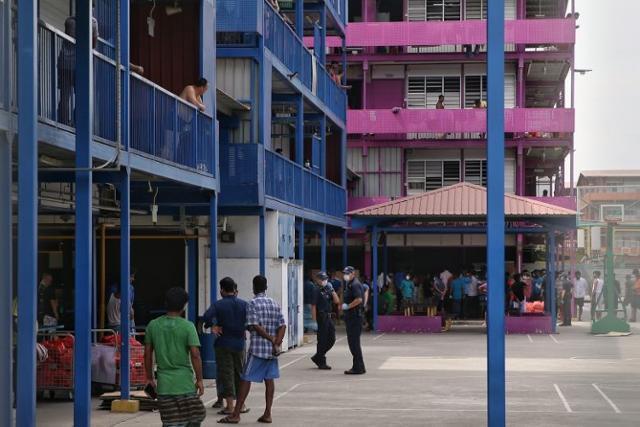 싱가포르의 외국인 노동자들이 집단 격리돼 있는 기숙사 전경. 스트레이츠타임스 캡처