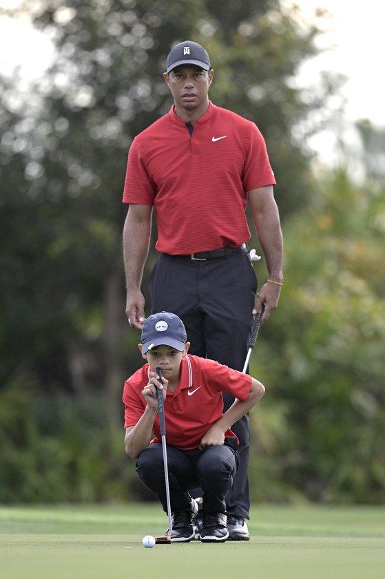 대회 마지막 날 우즈와 아들 찰리는 특유의 붉은색 셔츠에 검은색 바지를 똑같이 입고 나왔다. [AP=연합뉴스]