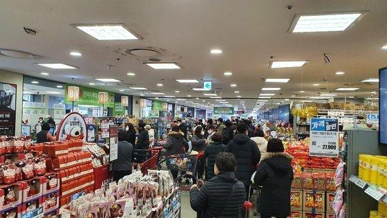 19일 서울 노원구의 한 대형마트에 인파가 북적이고 있다. 뉴스1