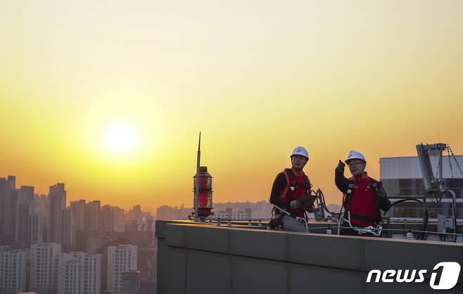 통신사 직원들이 5G 기지국을 점검하는 모습. 2020.3.29/뉴스1
