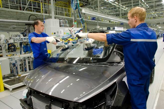 현대자동차가 러시아 상트페테르부르크 인근 제너럴모터스(GM) 공장을 인수하며 시장 점유율 1위를 노린다. 사진은 현대차 러시아공장 의장라인. /사진제공=현대차