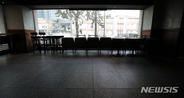 [서울=뉴시스]김선웅 기자 = 서울시가 경기도, 인천시와 함께 23일 0시부터 내년 1월3일까지 5인 이상 실내외 사적모임 금지 행정명령을 발동해 시행을 하루 앞둔 22일 서울 시내의 한 커피숍에서 테이블과 좌석이 한쪽으로 치워져있다. 2020.12.22. mangusta@newsis.com