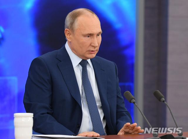 [모스크바=AP/뉴시스]블라디미르 푸틴 러시아 대통령이 17일(현지시간) 모스크바에서 연례 기자회견을 열고 화상을 통해 연설하고 있다. 푸틴 대통령은 올해 코로나19 여파로 연례 기자회견을 온라인으로 열었다. 2020.12.17.