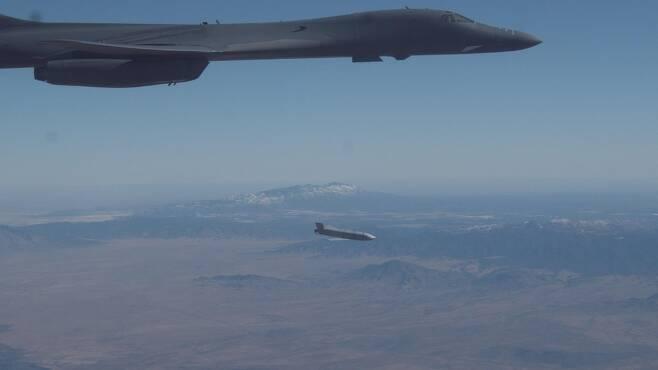 장거리 공대지 미사일 '재즘' 발사하는 B-1B 폭격기 [미공군 지구권타격사령부(AFGSC) 홈피 캡처.재판매 및 DB 금지]