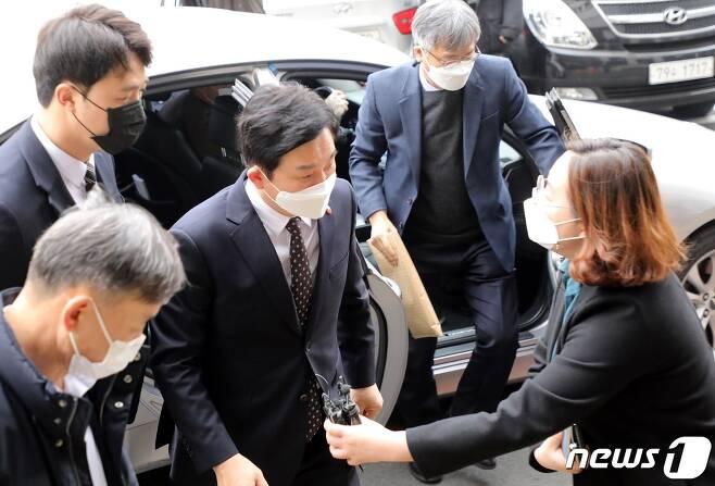 24일 공직선거법 위반 혐의로 기소된 원희룡 제주지사가 법원에 들어가고 있다. 원 지사는 이날 벌금 90만원을 선고받아 지사직 상실 위기를 피했다.2020.12.24/뉴스1 © News1 고동명 기자