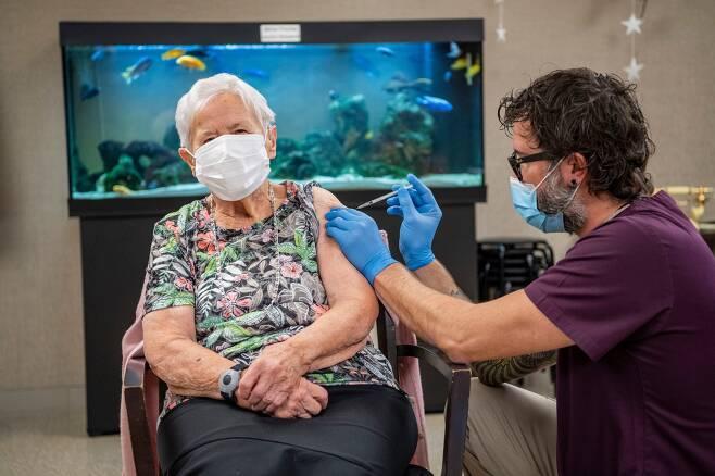 23일(현지 시각) 스위스 루체른의 한 요양원에서 90세 여성이 화이자 백신을 맞고 있다. 유럽 본토의 코로나 예방 백신 접종자 제1호다./AP 연합뉴스