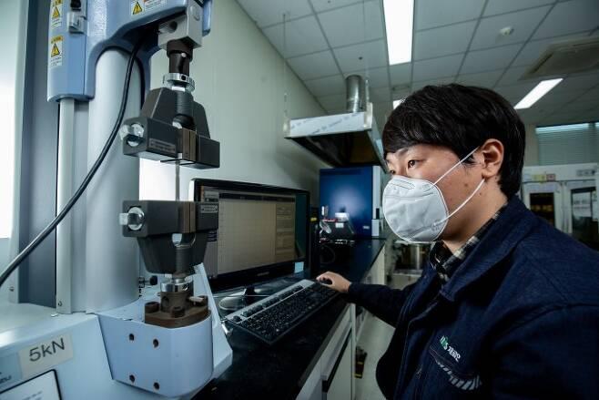 연구원이 합금 금속 시편의 강도를 측정하는 시험을 진행중이다. 합금은 강도를 높이면 다른 성질은 약해지는 상반특성을 지닌다.남윤중 제공