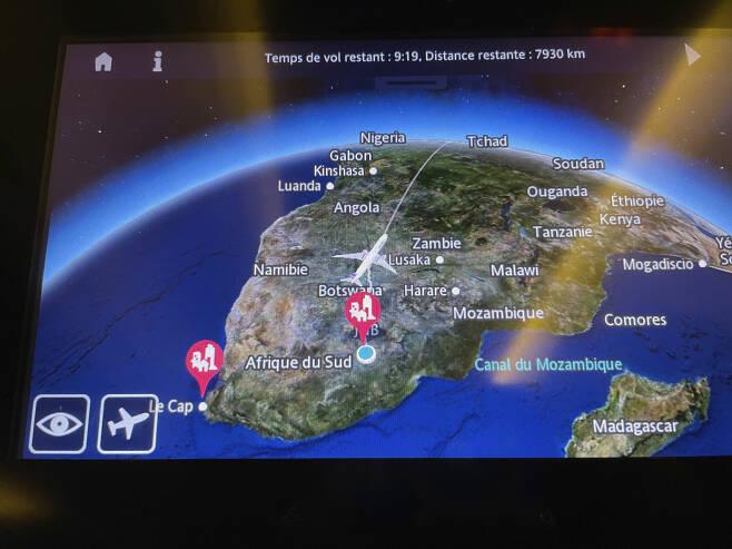 남아프리카공화국 요하네스버그를 출발해 파리로 가는 항공편의 항로가 스크린에 표시되고 있다. 남아공과 영국에서 발견된 코로나19 바이러스 변이로 인해 영국과 남아공발 입국을 제한하는 국가가 갈수록 늘어나고 있다.[AP]