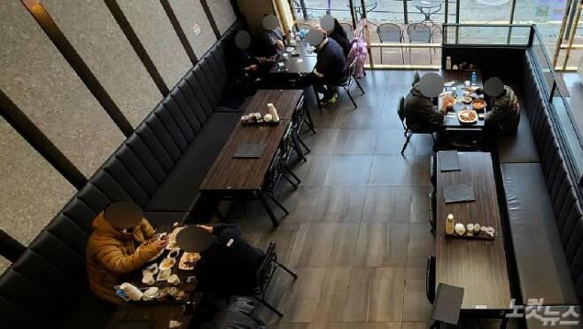 수도권 지역에 5인 이상 집합금지 및 다중이용시설 출입이 제한되는 '연말연시 특별방역 강화대책'이 시행된 지난 23일 서울 마포구의 한 식당에 손님들이 식사를 하고 있다.(사진=황진환 기자)