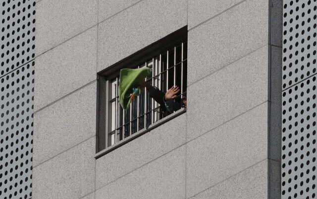 지난 20일 서울 송파구 서울동부구치소에서 수용자들이 수건과 손을 흔들며 살려달라고 외치고 있다. 박종식 기자 anaki@hani.co.kr