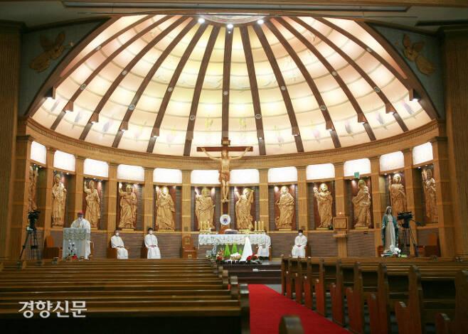 천주교 수원교구는 성탄절 미사를 비대면 온라인으로 봉헌하고, 생중계를 통해 신자들과 함께 했다. 수원교구 제공.