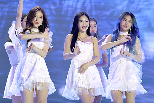The event, which was held under the theme of The Wonder Year, will be conducted with 100% Dictionary recording of all stages for the safety of the cast and the scene while thoroughly complying with the Corona 19 anti-virus guidelines.BTS, TWICE, Seventeen, Godseven, Monster X, Mamamu, Jesse, New East, girlfriend, OH MY GIRL, Eyes One, The Boys, Stray Kids, (girls) Kids, ATIZ, ITZY, TOMORROW X TOGETHER, April, Momorand, CRAVITY, TRAVITY REASURE, Espa and Enhagen appeared, and Boom, Kim Hee Chul and April Naeun took MC.