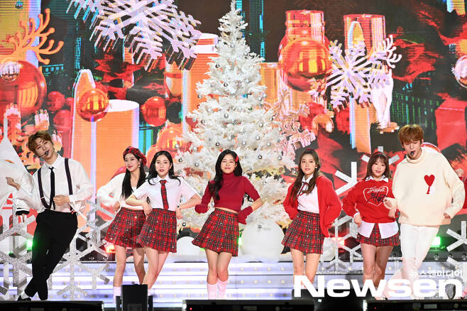 2020 SBS song Daejeon in Deagu aired on Christmas Day on December 25th.The pre-recorded events at Deagu included BTS, TWICE, Seventeen, GOT7, MONSTA X, Mamamu, Jesse, New East, Girlfriend, Oma Girl, IZ*ONE, The Boys, Stray Kids, (Women) Children, ATEEZ, ITZY, TOMORROW X TOGETHER, Apri L, Momoland, CRAVITY, TREASURE, aespa, ENHYPEN appeared and showed a wonderful stage.(Photo Provision =SBS)