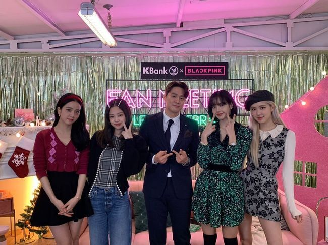 Broadcaster Oh Sang-jin multiplied his memories with BLACKPINK.On the afternoon of the 25th, Oh Sang-jin posted two selfies with BLACKPINK on his personal SNS, #한달전 Xmas w/t Blackpink.In the photo, Oh Sang-jin is a fan-image of a Thai brand with BLACKPINK as a model.  Oh Sang-jin poses with V among blackpink members and is not happy to hide his expression.In addition, fellow celebrities are also envious of the encounter between Oh Sang-jin and BLACKPINK by leaving comments such as Oh my God, Whoa envy and so on.  Kim So-young in particular misunderstood oh Sang-jins finger look, and said first photo finger surprise and laughed.Oh Sang-jin married Kim So-young in 2017 and has a daughter.[Photo] Oh Sang-jin SNS