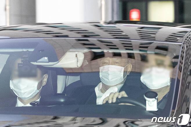 윤석열 검찰총장이 25일 오후 서울 서초구 대검찰청에서 관용차를 타고 청사를 떠나고 있다.  2020.12.25/뉴스1